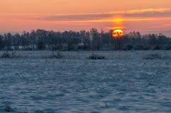 Wschód słońca przy śnieżnym mroźnym polem Fotografia Royalty Free