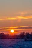 Wschód słońca przy śnieżnym mroźnym polem Zdjęcie Royalty Free