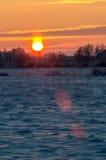 Wschód słońca przy śnieżnym mroźnym polem Zdjęcie Stock