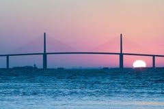 Wschód słońca przy Światła słonecznego Skyway Mostem obraz royalty free