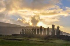 Wschód słońca przy Ahu Tongariki w Wielkanocnej wyspie, Chile Obrazy Stock