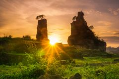 Wschód słońca przy Brown jarem Semarang, Indonezja, - Fotografia Stock