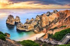 Wschód słońca przy Camilo plażą, Lagos, Portugalia zdjęcia royalty free