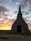 Wschód słońca przy Etretat falezami i chirch Fotografia Stock