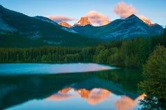 Wschód słońca przy klinu stawem, Kananaskis, Alberta, Kanada zdjęcia stock