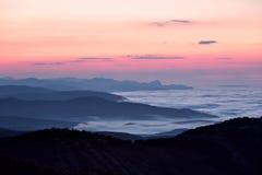 Wschód słońca przy mgłową halną doliną Obrazy Stock