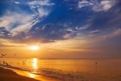 Wschód słońca przy morzem Zdjęcia Royalty Free