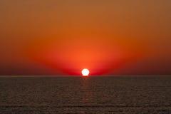 Wschód słońca przy morzem z słońca macania wodą obrazy stock