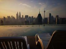 Wschód słońca przy nieskończoność basenem z widoku Kuala Lumpur miastem obrazy royalty free