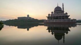 Wschód słońca Przy Putrajaya meczetem z odbiciem zdjęcie wideo