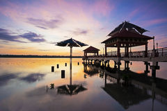 Wschód słońca scena z sylwetka mostem w morzu Obrazy Stock