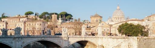 Wschód słońca St Peter bazylika w Rzym, Włochy Rzeka, miasto panorama obrazy stock