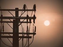 Wschód słońca up w ranku niebie z Elektrycznej władzy słupami Obraz Stock