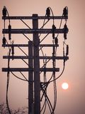 Wschód słońca up w ranku niebie z Elektrycznej władzy słupami Zdjęcia Stock