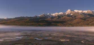 Wschód słońca w górach ranek mgiełka rozprzestrzenia nad ziemią Obraz Royalty Free