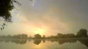 Wschód słońca w mgle na wodzie rzecznej zdjęcie wideo