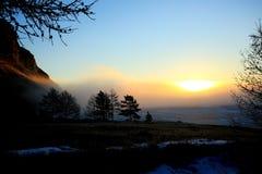 Wschód słońca w mgle nad jeziornym Baikal w zimie fotografia royalty free