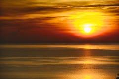 Wschód słońca w morzu Obrazy Royalty Free