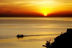 Wschód słońca w morzu z łodzią Zdjęcia Stock