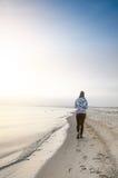 Wschód słońca w naturze Morza i beatifull plaża z dziewczyną Cisza Naturalny tło sunlight fotografia stock