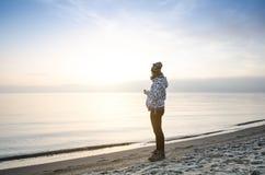 Wschód słońca w naturze Morza i beatifull plaża z dziewczyną Cisza Naturalny tło sunlight Zdjęcie Royalty Free