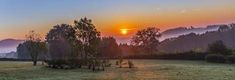 Wschód słońca w niemieckiej wsi z wzgórzami w Eifel Obraz Stock