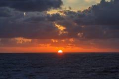 Wschód słońca w oceanie z chmurami Fotografia Royalty Free