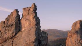 Wschód słońca w parku narodowym nad lasem i skałami powstający słońce pięknie iluminuje wierzchołki sosny i zbiory