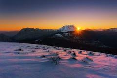Wschód słońca w Urkiola górze z śniegiem zdjęcia stock