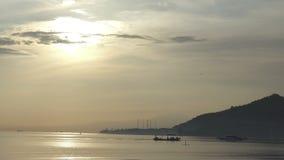 Wschód słońca wcześnie w ranku na tropikalnej Pemuteran Bali plaży, Indonezja, łódź rybacka unosi się na zatoce zbiory wideo
