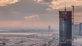 Wschód słońca widok z lotu ptaka centrum finansowe ranku drogowy timelapse z w budowie budynkiem zbiory