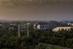 Wschód słońca z budynkami w Odległym tle Indiana - Zaniechanego Indiana wojska Amunicyjna zajezdnia - obraz stock