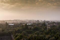 Wschód słońca z budynkami w Odległym tle Indiana - Zaniechanego Indiana wojska Amunicyjna zajezdnia - zdjęcie stock
