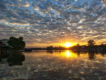 Wschód słońca z chmurami i niebieskiego nieba odbicie na rzece obraz stock