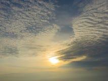 Wschód słońca z chmurami w niebieskim niebie Zdjęcie Stock