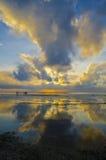 Wschód słońca z dramatycznym niebem i łodziami Fotografia Stock