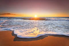Wschód słońca z głębokimi niebieskiego nieba i słońca promieniami Obraz Royalty Free