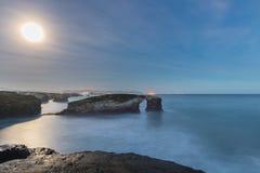 Wschód słońca z księżyc w pełni na plaży katedry Obrazy Stock