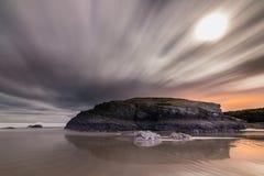 Wschód słońca z księżyc w pełni na plaży katedry Fotografia Stock