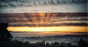 Wschód słońca z lekkimi promieniami nad mgłowym lasu krajobrazem Zdjęcia Royalty Free