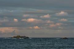 Wschód słońca z różowym niebem i chmurami nad archipelagiem Faerder park narodowy i oceanem, Norwegia Zdjęcie Stock