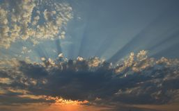 Wschód słońca z słońcem za chmurami z niebieskim niebem w tle Fotografia Royalty Free