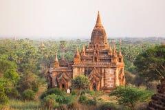 Wschód słońca z starej świątyni i zieleni lanscape, Bagan, Myanmar Obrazy Royalty Free