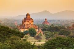 Wschód słońca z starej świątyni i zieleni lanscape, Bagan, Myanmar Zdjęcie Stock