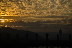 Wschód słońca z sylwetką statua jedność w fotografii obrazy stock