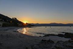 Wschód słońca z widokiem od piaskowatego brzeg Zdjęcie Stock