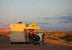 Wschód słońca zaświeca w górę campsite w pustyni fotografia royalty free