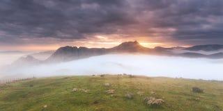 Wschód słońca za górą Obrazy Royalty Free