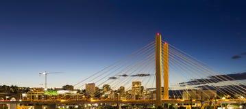 Wschód ulicy 21st most w Tacoma WA przy Błękitną godziną obrazy stock
