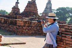 Wschodni Azja wakacje letni Kaukaski mężczyzny turysta od tylnej patrzeje Wata Chaiwatthanaram świątyni Podróżnicy biorą obrazki  obrazy stock